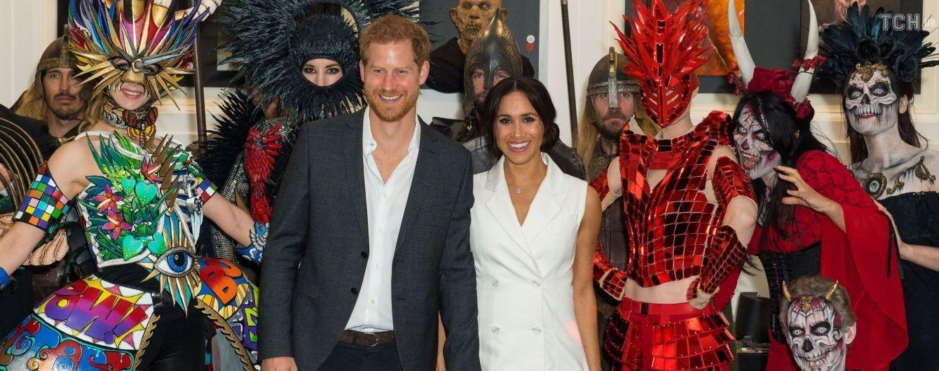 Вагітна Меган у білій міні-сукні разом з принцем Гаррі відсвяткувала Геловін у колі орків та зомбі