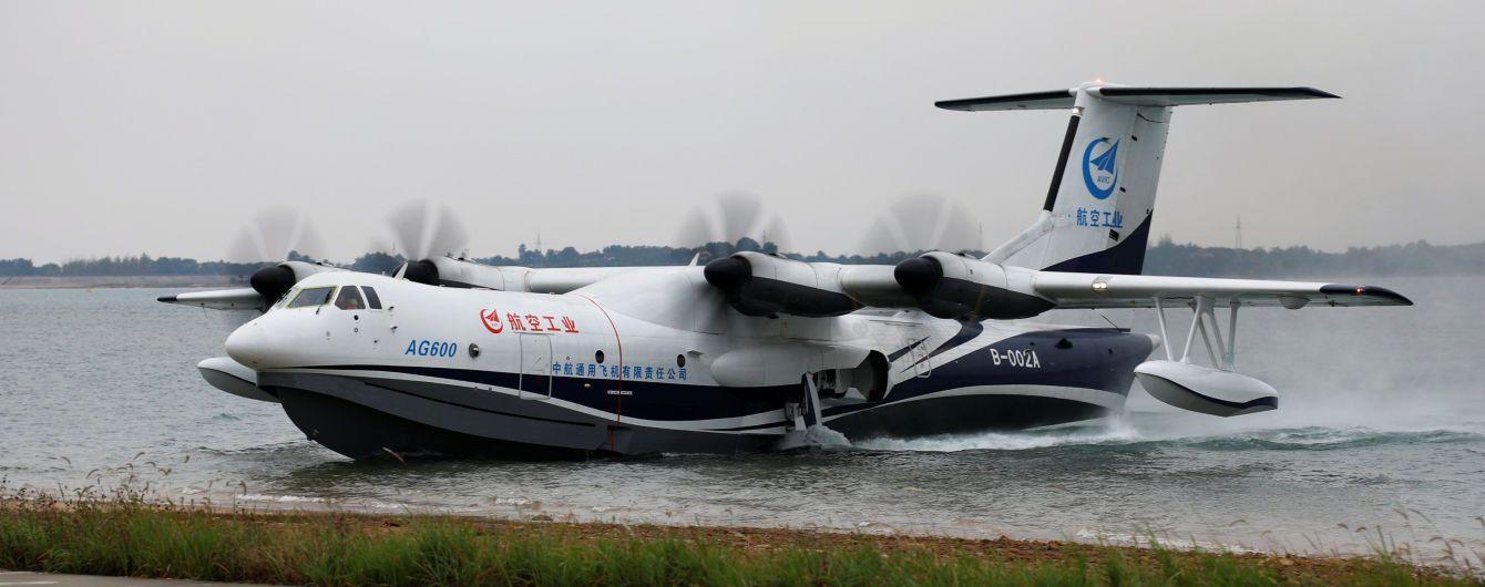 В Китае впервые с воды в небо поднялся самый большой в мире самолет-амфибия