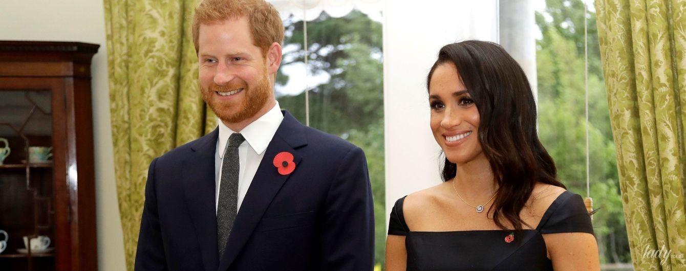 У дорогій сукні з акцентом на оголені плечі: герцогиня Сассекська і принц Гаррі відвідали урочистий прийом