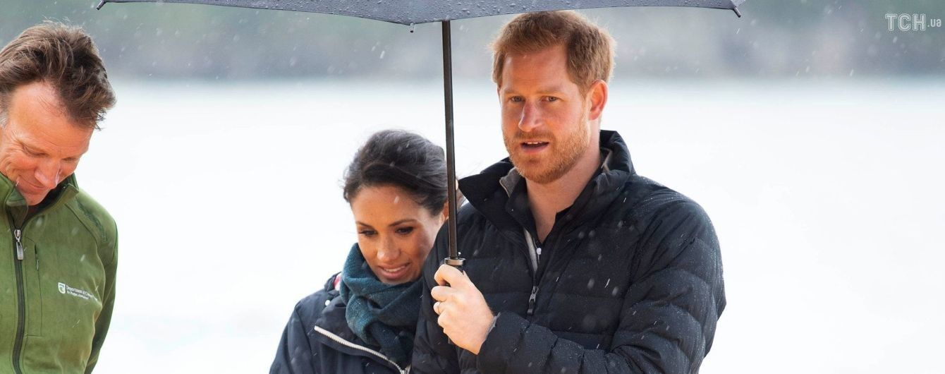 Беременная Меган в кроссовках вместе с принцем Гарри прогулялась под зонтом по пляжу Новой Зеландии