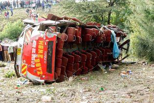 У Пакистані автобус з людьми вилетів з дороги у прірву