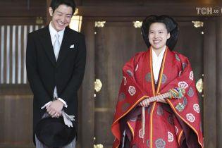 Принцесса Японии отказалась от титула и вышла замуж за простолюдина