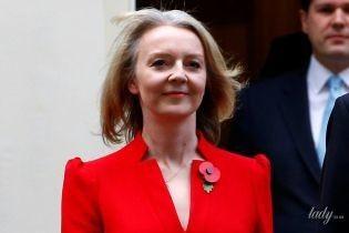 Главный секретарь казначейства Великобритании подчеркнула стройную фигуру красным платьем с вырезом