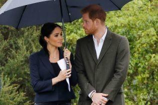 В жакете, резиновых сапогах и под зонтом: герцогиня Сассекская и принц Гарри снова попали под дождь