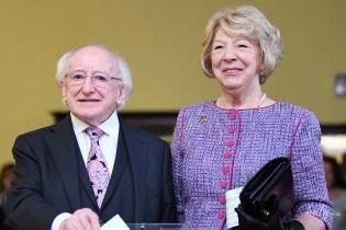 Краватка в тон костюму дружини: президентське подружжя Ірландії на виборах