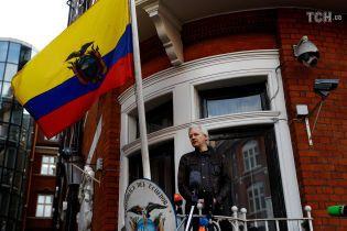 Еквадор більше не хоче бути посередником між Ассанжем та Британією