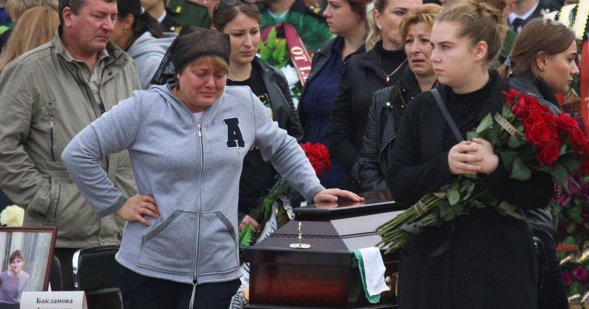 День сліз: в окупованій Керчі поховали більшість жертв кривавої бійні в коледжі