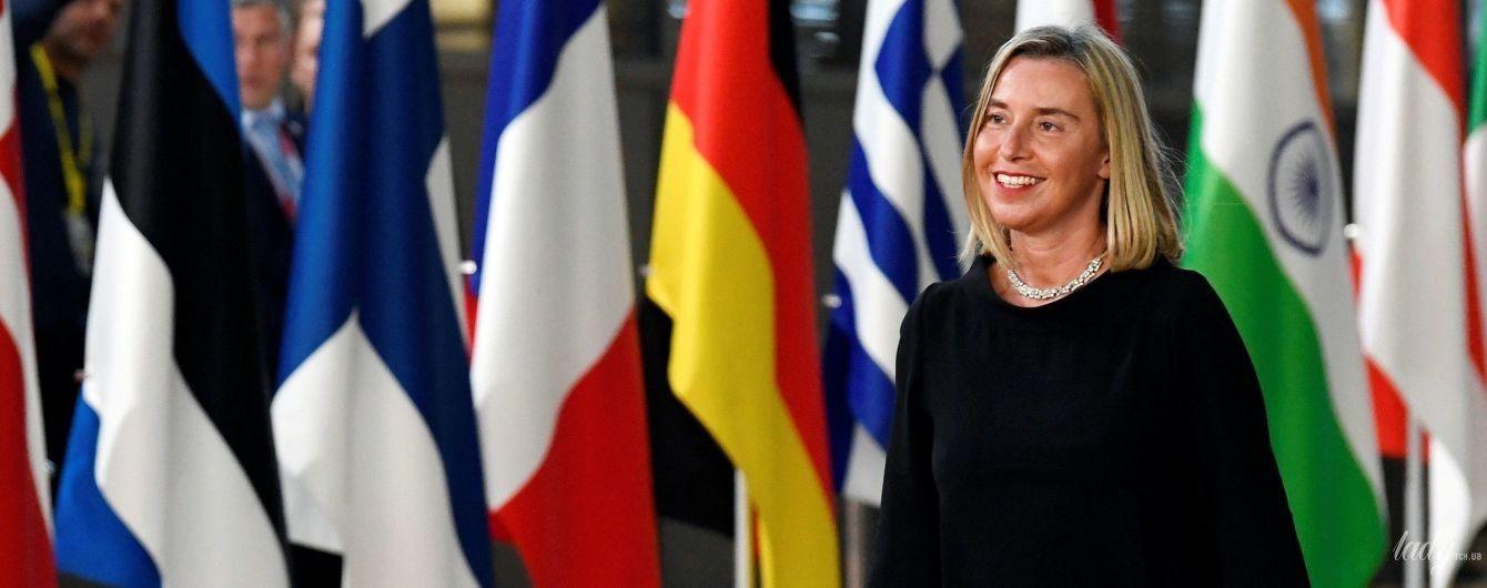 В черном платье и с красной сумкой: глава дипломатии ЕС Федерика Могерини в эффектном образе в Брюсселе