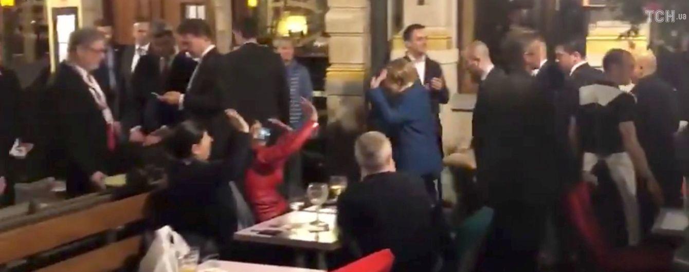 Меркель и Макрон выпили пива и закусили картошкой в Брюсселе