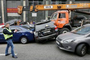 Заблокированная дорога и минимум пострадавших: как в Киеве автокран смял десятки авто