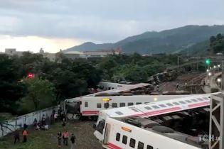 На Тайване сошел с рельсов поезд. Почти 20 погибших