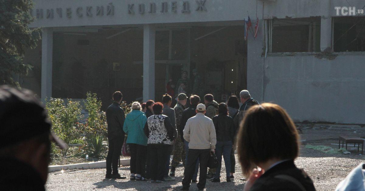 Люди собрались возле колледжа на следующий день после трагедии @ Reuters