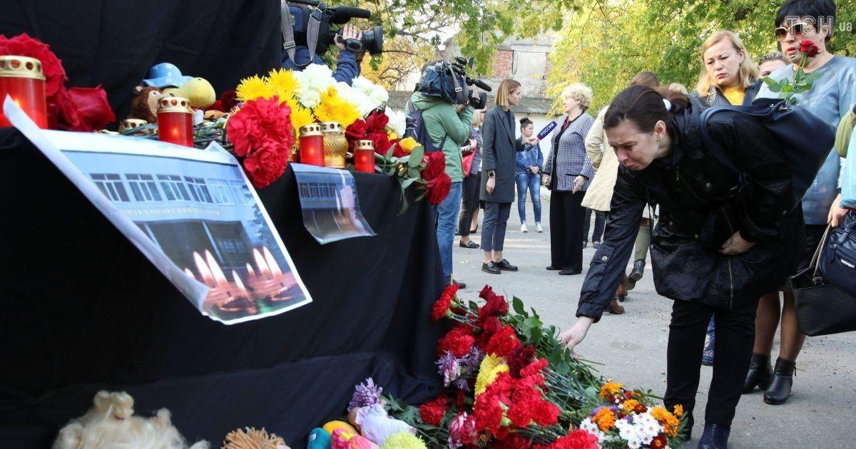 Люди принесли цветы и игрушки к колледжу, где были убиты два десятка человек @ Reuters