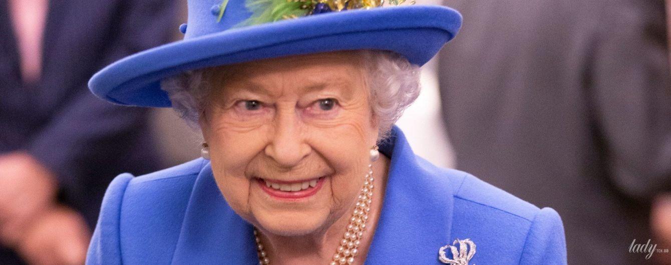 С зелеными перьями на шляпе: новый образ королевы Елизаветы II