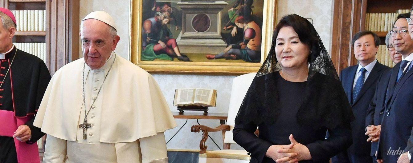 У чорній сукні і мереживній хустці: перша леді Південної Кореї на зустрічі з Папою Римським