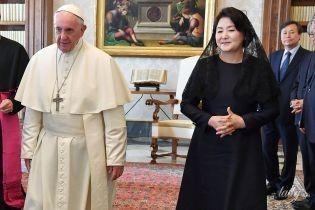 В черном платье и кружевном платке: первая леди Южной Кореи на встрече с Папой Римским