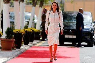 В смугастій сукні та човниках від Dior: королева Ранія продемонструвала діловий образ