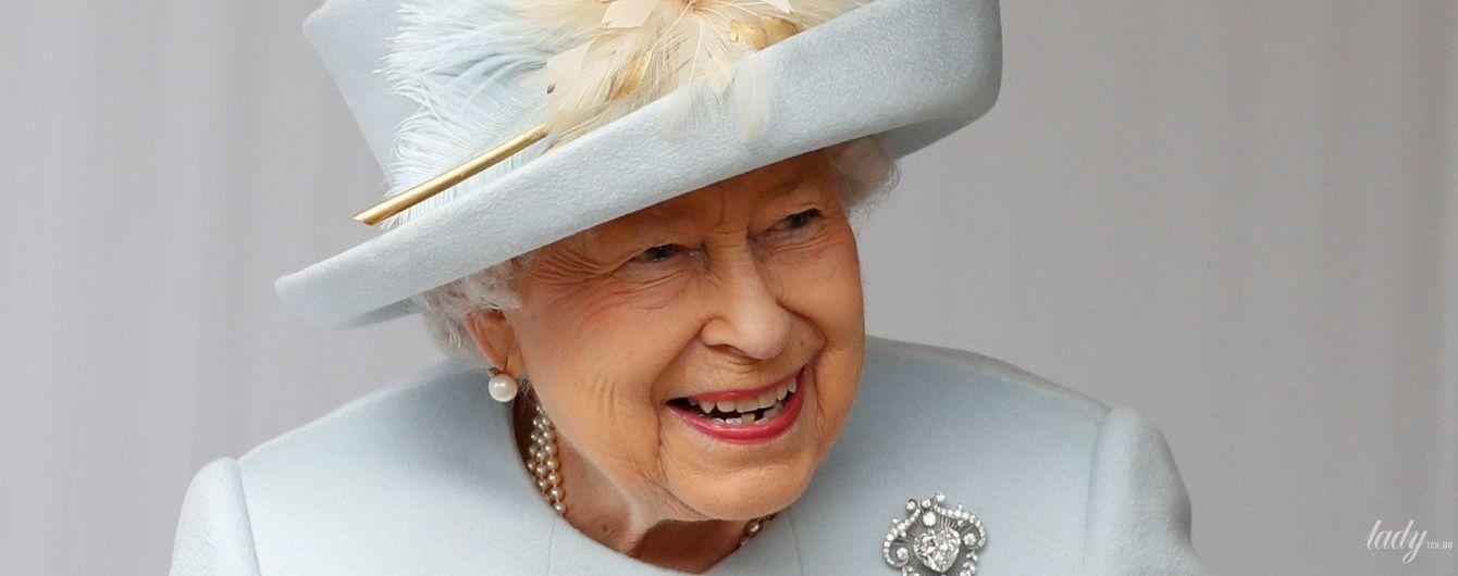 С улыбкой, в элегантном пальто и шляпе с перьями: образ королевы Елизавета II на свадьбе внучки - принцессы Евгении