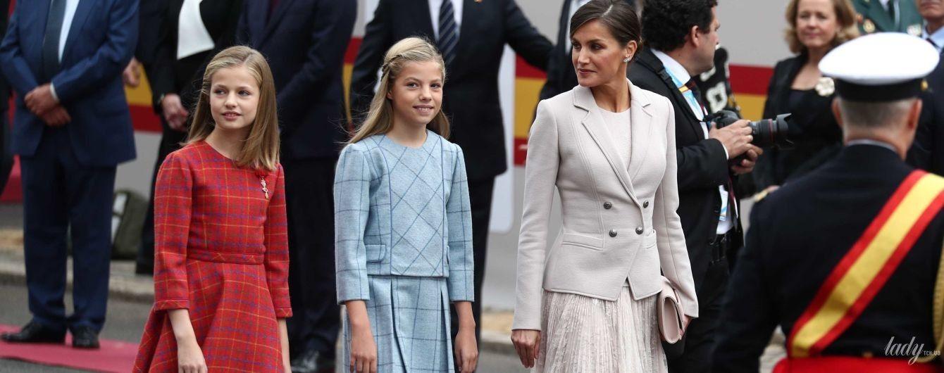 Красивая королева Летиция с дочерьми пришла на торжественный парад