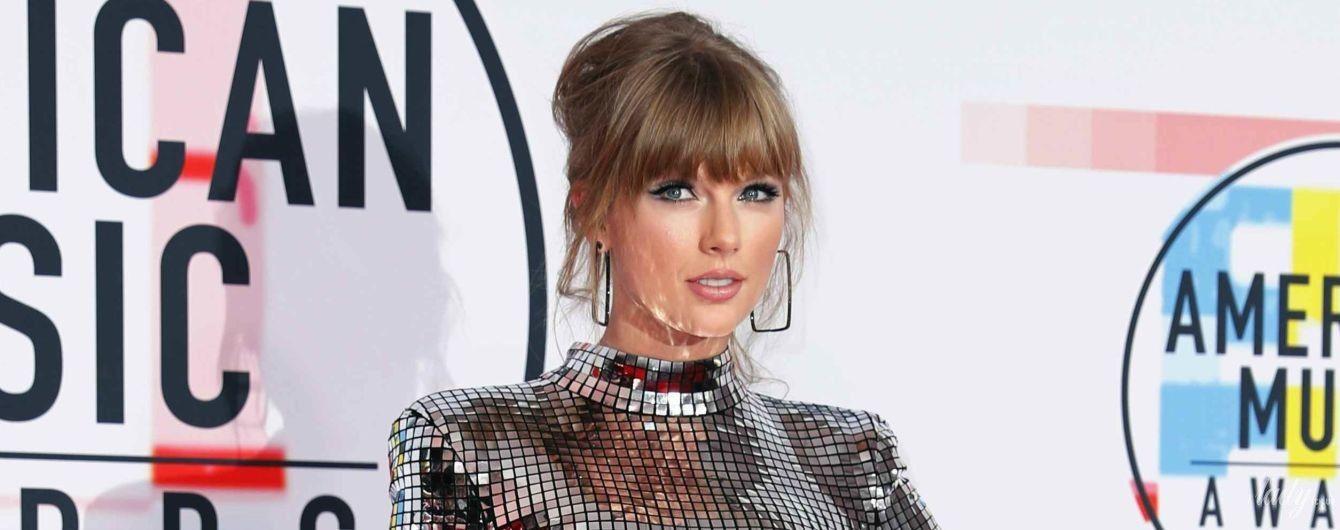 Триумфатор American Music Awards: Тейлор Свифт серебристым мини подчеркнула стройные ноги