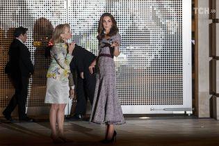 Стройная Кейт Миддлтон в приталенном клетчатом платье посетила официальное мероприятие