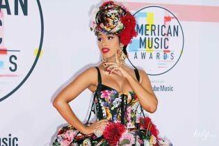 С откровенным декольте и разрезом: американская певица в цветочном платье блистала на мероприятии