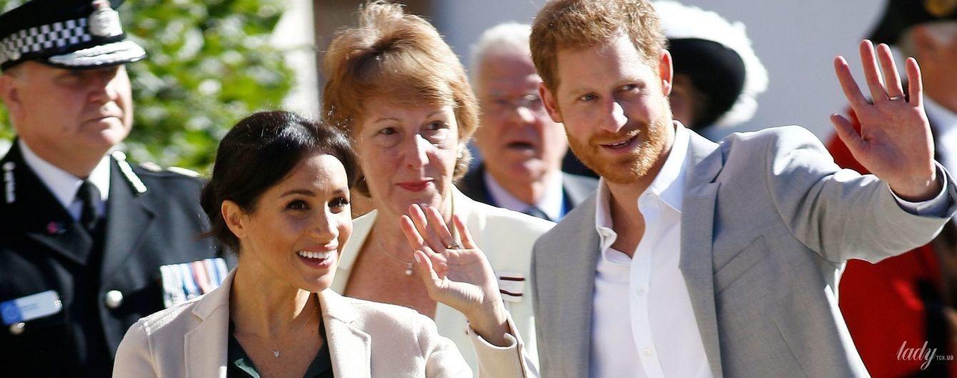В бежевом пальто и кожаной юбке: герцогиня Сассекская Меган с мужем прибыла в Чичестер