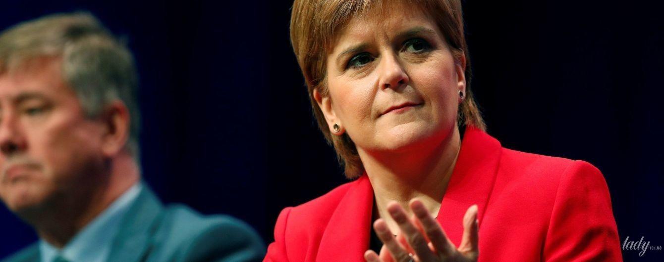 Получилось эффектно: первый министр Шотландии выступила на конференции в красном жакет и туфлях
