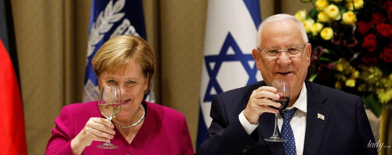 В жакете цвета фуксии и с бокалом вина: Ангела Меркель с официальным визитом в Израиле