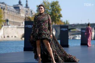 Ева Лонгория в странном платье с блестящими губами удивила неудачным образом на подиуме