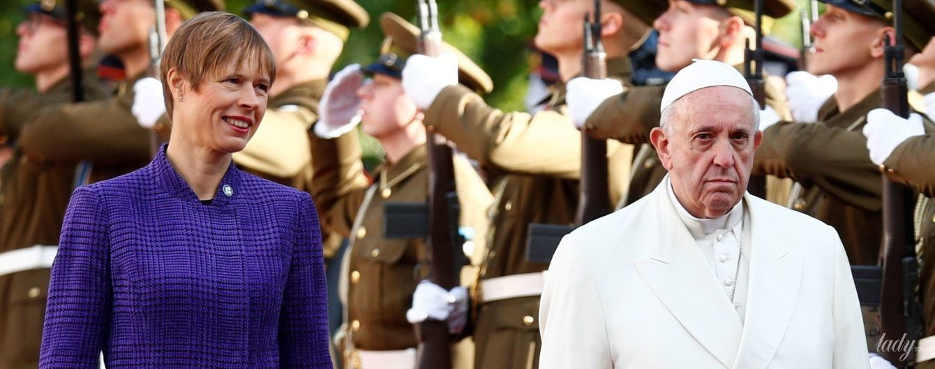 Президент Эстонии надела костюм в клетку на встречу с Папой Римским