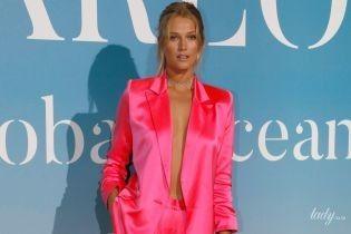 У рожевому костюмі без білизни: Тоні Гаррн на світському заході