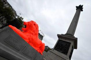 Яркое перевоплощение: в Лондоне перекрасили знаменитых львов на Трафальгарской площади