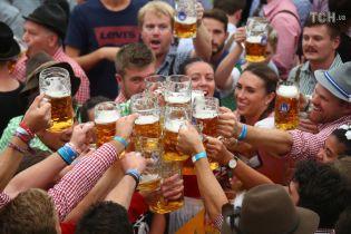 Із гарним настроєм і підземним пивопроводом: у Німеччині відкрився Октоберфест