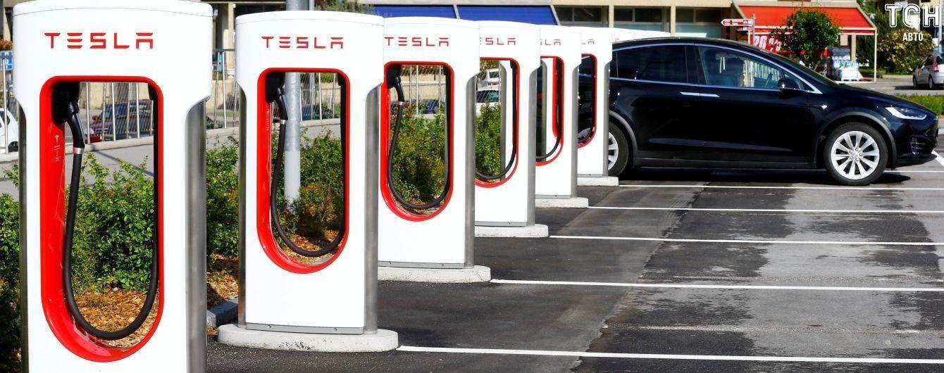 Tesla увеличила емкость аккумуляторов устаревших Model S, чтобы спасти владельцев от урагана
