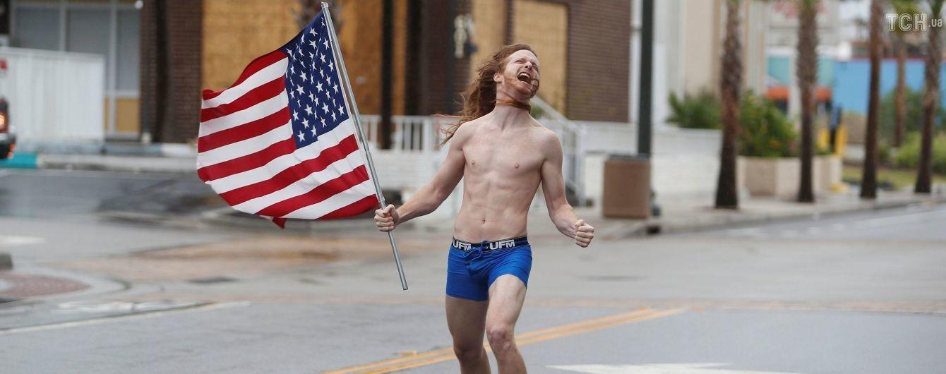 """С флагом и в трусах: американец босиком отправился навстречу урагану """"Флоренс"""""""