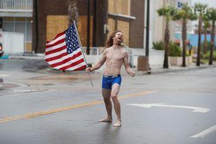 """З прапором і в спідньому: американець босоніж вирушив назустріч урагану """"Флоренс"""""""