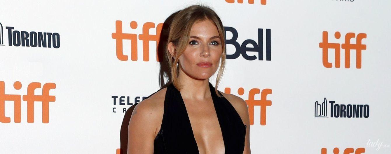 Без ліфчика: Сієна Міллер у сукні зі сміливим декольте позувала перед камерами