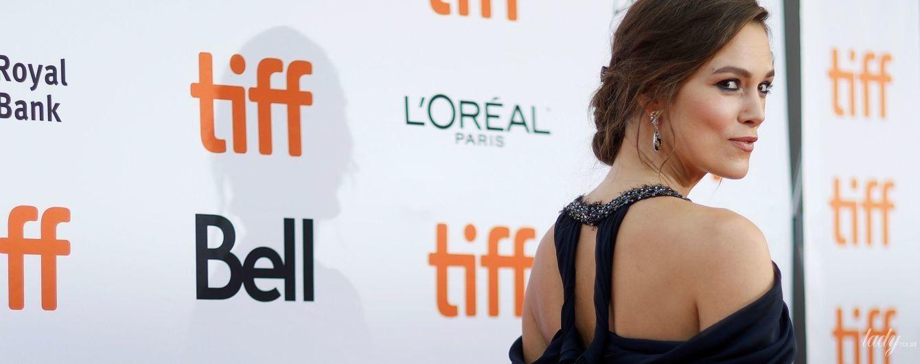 В красивій  сукні і сережках в ретростилі: Кіра Найтлі у Торонто