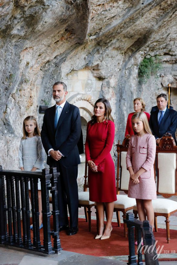 Испанская королевская семья: принц Филипп, королева Летиция, принцессы Леонор и София._15