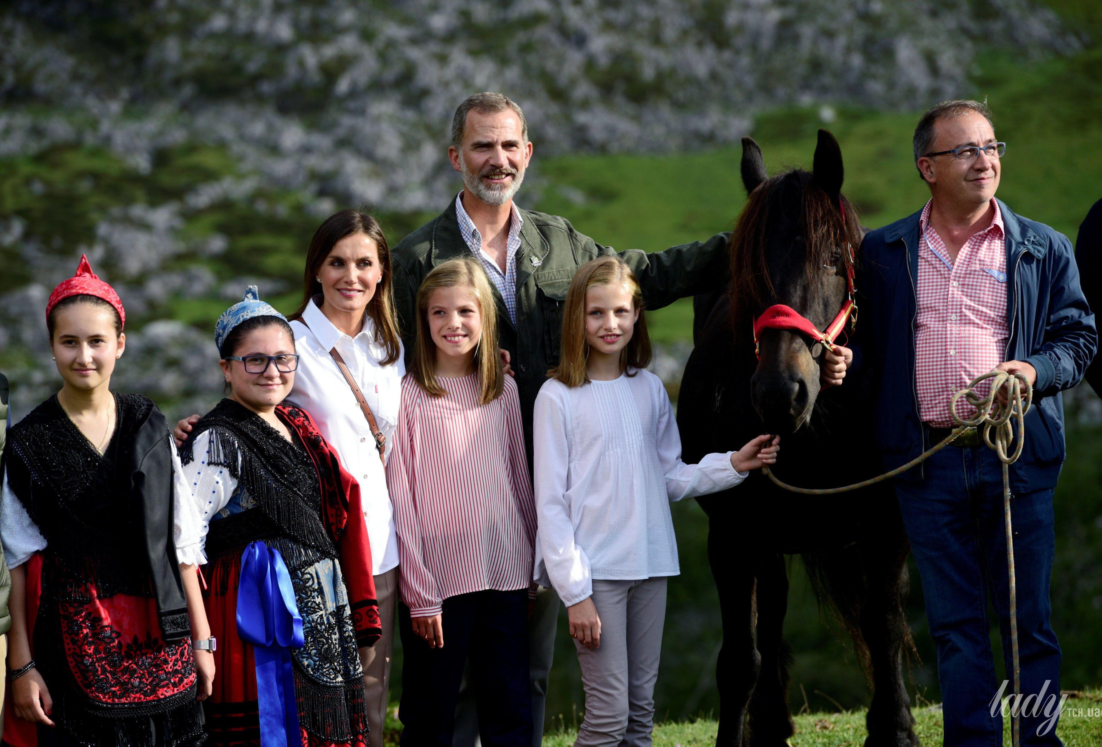 Испанская королевская семья: король Филипп, королева Летиция, принцессы Леонор и София_8