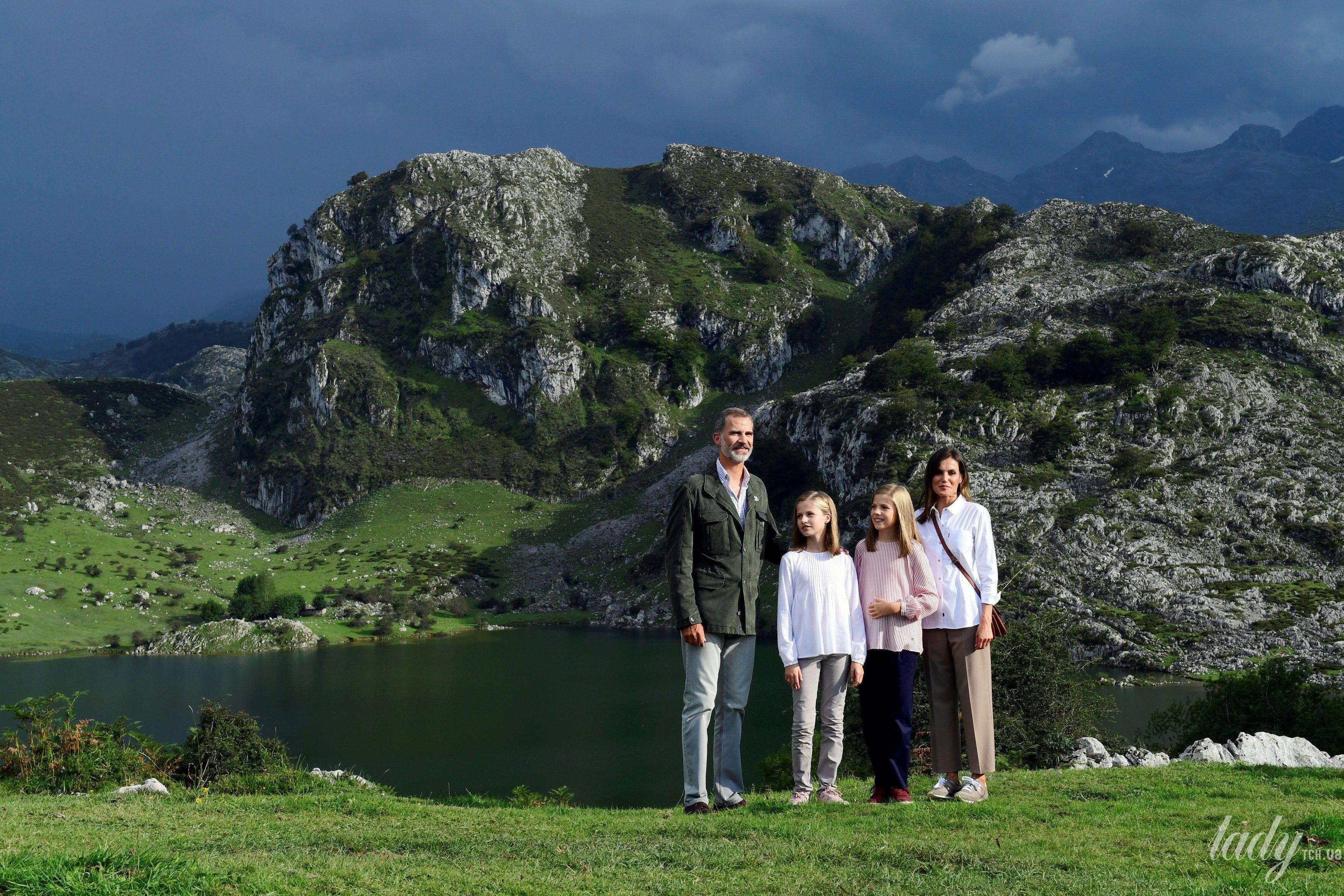 Испанская королевская семья: король Филипп, королева Летиция, принцессы Леонор и София_1