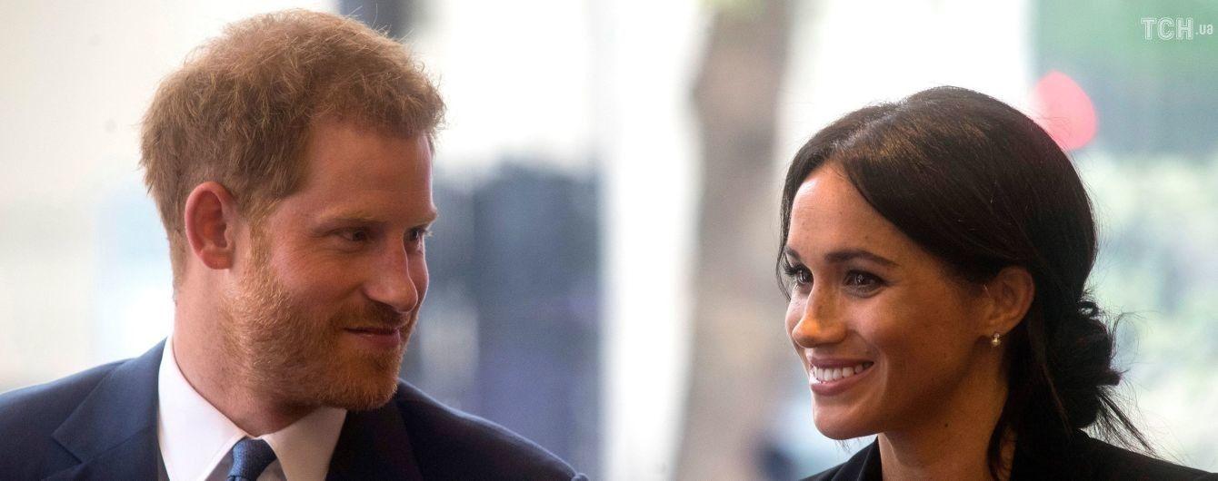 Стримана Меган у чорному total look разом з принцем Гаррі стали гостями благодійного заходу