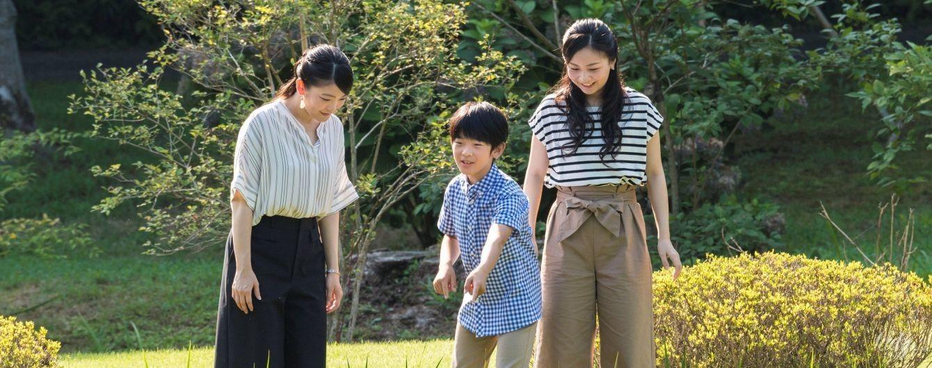 Полосатый верх, широкий низ: японские принцессы Како и Мако повеселились с братом