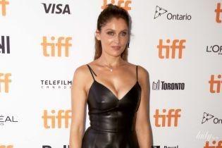 У шкірянiй сукнi з пишним декольте: Летиція Каста на прем'єрі фільму