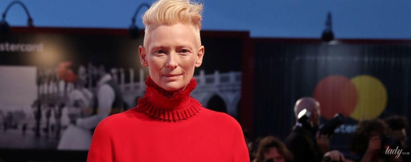 Желтое и красное: экстравагантные выходы Тильды Суинтон на кинофестивале в Венеции