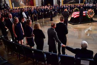 Буш, Обама і Порошенко прийшли на похорон Маккейна, Трампа не було