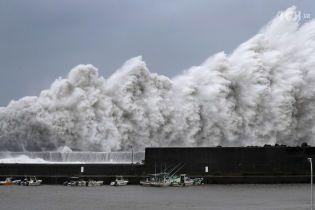 Смертоносний тайфун, що вирує в Японії, скоро може дістатися до Росії