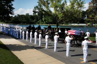 В США похоронили Джона Маккейна
