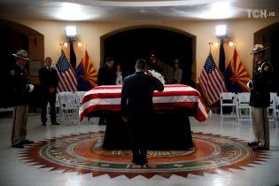 Жалобні заходи на честь Маккейна та вшанування роковин Іловайської трагедії. П'ять новин, які ви могли проспати